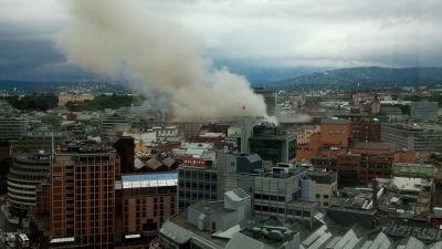 Rök stiger upp från centrum av Oslo
