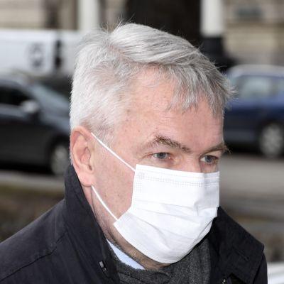 Pekka Haavisto med vitt munskydd.