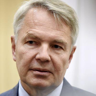 Pekka Haavisto blir intervjuad.