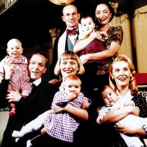 Fyra babyn och föräldrarna.