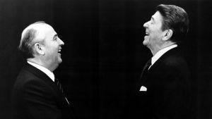 Mihail Gorbatsov och Ronald Reagan skrattar och skakar hand i profil på åttiotalet.