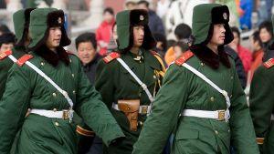 Kinesiska soldater marscherar i Peking