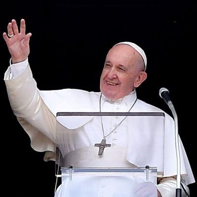 Påven Franciskus vinkar till publiken på Petersplatsen