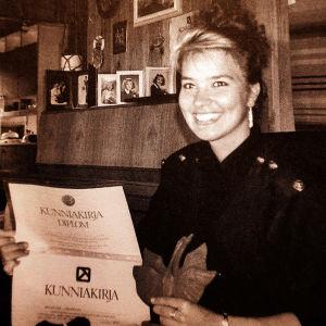 Hymyilevä nuori Arja Koriseva voitettuaan diplomin laulukilpailussa.