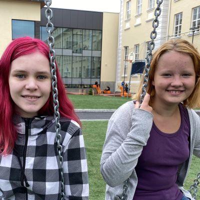 Sinna Moilanen ja Pinja Koivula 7J-luokalta uudistuneen Kajaanin lyseon pihalla.