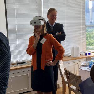 Li Andersson prövar VR på Finlands generalkonsulat i New York.