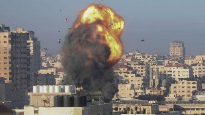 Här bombas en av byggnaderna i centrala Gaza City, som uppges ha koppling till Hamas-rörelsen. Bilden är tagen på lördagen.