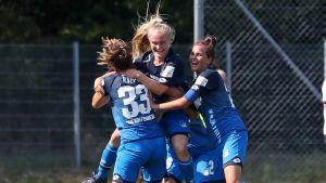 Dana Leskinen firar mål.