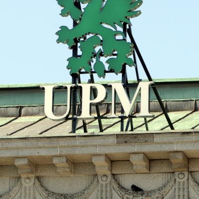 Skogsbolaget UPM:s logga på huvudkontoret i Helsingfors.