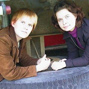 Tuoreet kirjailijat Anne Leinonen ja Eija Lappalainen poseeraavat traktorirenkaan päällä.