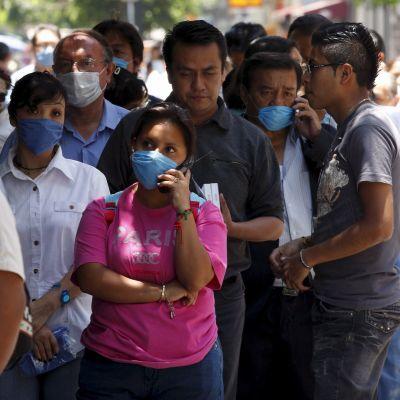 Mexikaner köar utanför apotek