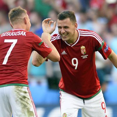 Ungerns Balazs Dzsudzsak och Adam Szalai gläds efter EM-matchen mot Portugal som slutade jämnt.