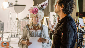 Anna Svensson (Mia Skäringer) är på filminspelning och är klädd i en 1700-tals klänning och talar med fiktiva regissören (Josef Fares).