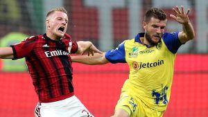 Ignazio Abate kämpar med Perparim Hetemaj.