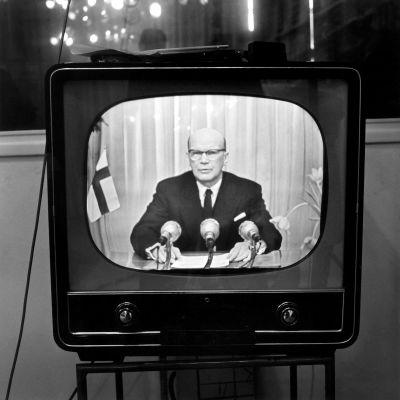 President Urho Kekkonen håller nyårstal den 1.1.1958