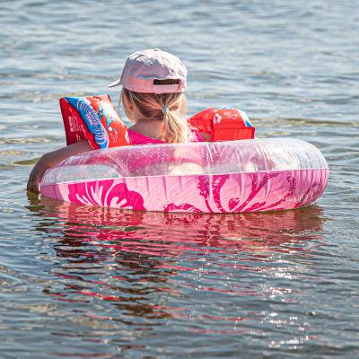 Lapsi uimassa Espoon Haukilahdessa.