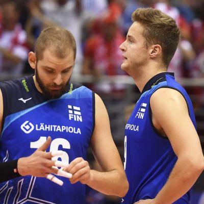 Olli-Pekka Ojansivu (vas.) ja Tommi Siirilä lentopallon EM-kilpailujen ottelussa Suomi vs Puola .