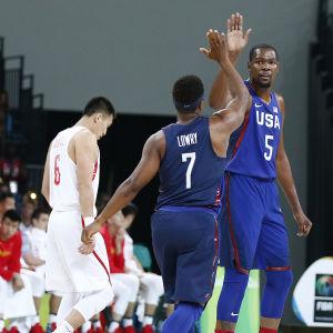 Kevin Durant och Kyle Lowry ger varandra en high-five under matchen mot Kina.