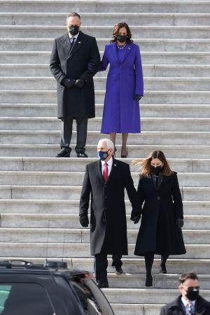 Mike Pence med maka går ned för trapporna, makarna Harris tittar ned på dem.