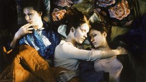 Tiina Weckström, Elena Leeve ja Elsa Saisio Pirjo Honkasalon elokuvassa Tulennielijä.
