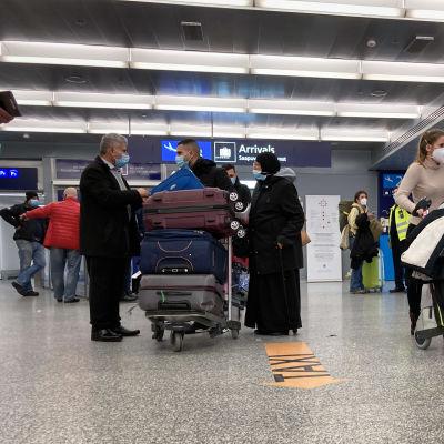Lentokentän saapuvien aula.