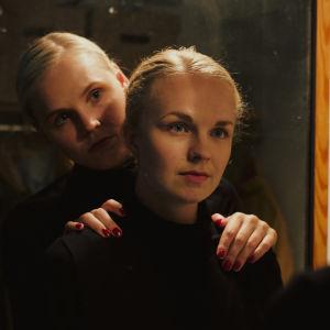 Lyhytelokuvan näyttelijät Maaria Nuoranne ja Ella Lymi