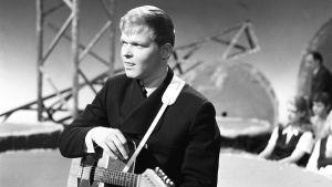 Kari Kuuva kitaroineen lavalla 1965.