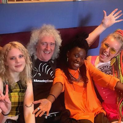 Bandet Kings Daughters i soffa med Brian May från Queen.
