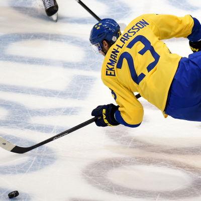 Oliver Ekman Larsson flyger fram.