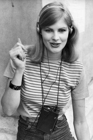 En modell lyssnar på musik med sin Walkman, fotot taget 1980.