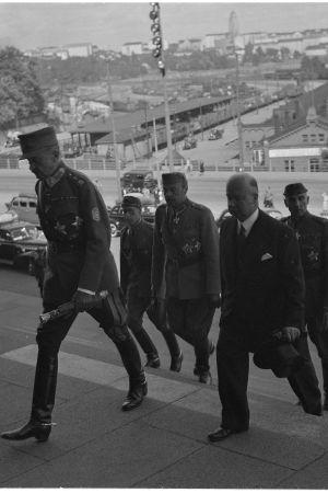 Presidentti Mannerheim saapuu eduskunnan juhlaistuntoon. Helsinki, Eduskuntatalo 1944.08.04