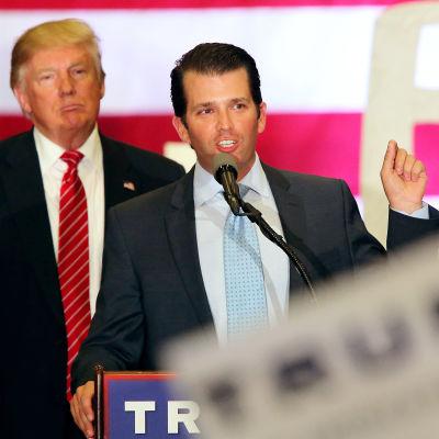 Donlad Trump lyssnar på sonen Donald Trump Jr som pratar under ett valmöte 2016.