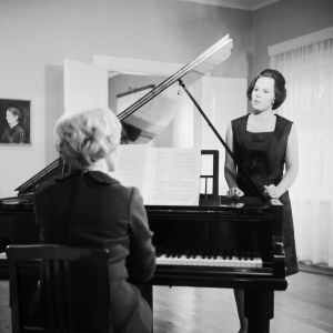 """Taru Valjakka ja Meri Louhos esiintyvät 1965 tv-ohjelmassa """"Sibelius koulukaupunkinsa maisemissa."""