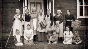 Rekonstruerat foto av hur de fabriksarbetande kvinnorna vid Oravais fabrik såg ut, med skådespelarna i Lumpänglars väg.