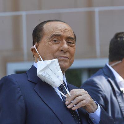 Silvio Berlusconi päästessään kotiin San Raffaelen sairaalasta Milanossa 14. syyskuuta.