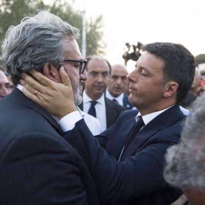 Matteo Renzi tröstar Apulias guvernör Michele Emiliano efter dödlig tågolcyka.