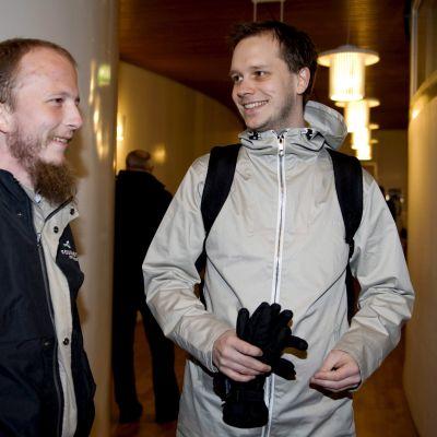 Pirate Bayn perustajat Gottfrid Svartholm Warg  ja Peter Sunde tukholmalaisessa oikeustalossa.