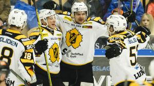 Janne Pesonen firar segermålet i den fjärde kvartsfinalen.