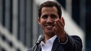 Oppositionsledaren Juan Guaidó under sitt tal i Caracas där han utropade själv till president.