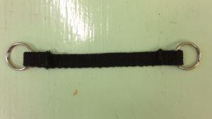 Ett band med fastsydda ringar i båda kortändorna