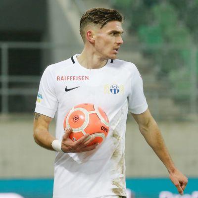 Joel Untersee håller i en fotboll.