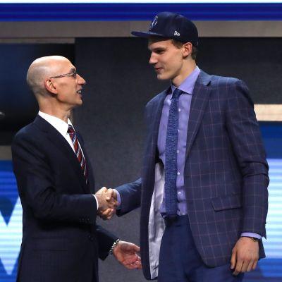Lauri Markkanen skakar hand med NBA-kommissionären Adam Silver