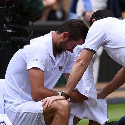En förtvivlad Marin Cilic talar med läkaren under Wimbledonfinalen.