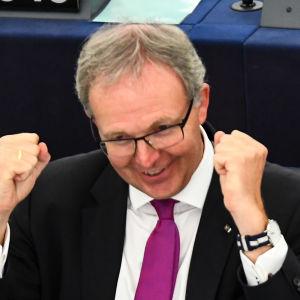 Axel Voss i Europaparlamentet efter att parlamentets röstat för en reform av reglerna om upphovsrätt.