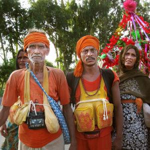 Pyhiinvaeltajat kantavat Gangesin pyhää vettä