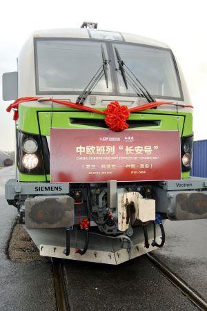 Tåg med rosett tack vare festligheter.
