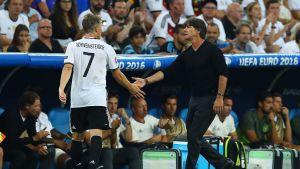 Bastian Schweinsteiger och Joachim Löw i fotbolls-EM 2016.