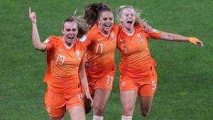 Hollands damer firar segern över Japan i åttondelarna.