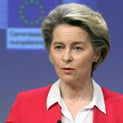 EU-kommissionens ordförande Ursula von der Leyen gestikulerar med händer under en presskonferens