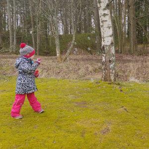 Elvi Sihvonen puhaltelee saippuakuplia kotipihalla.